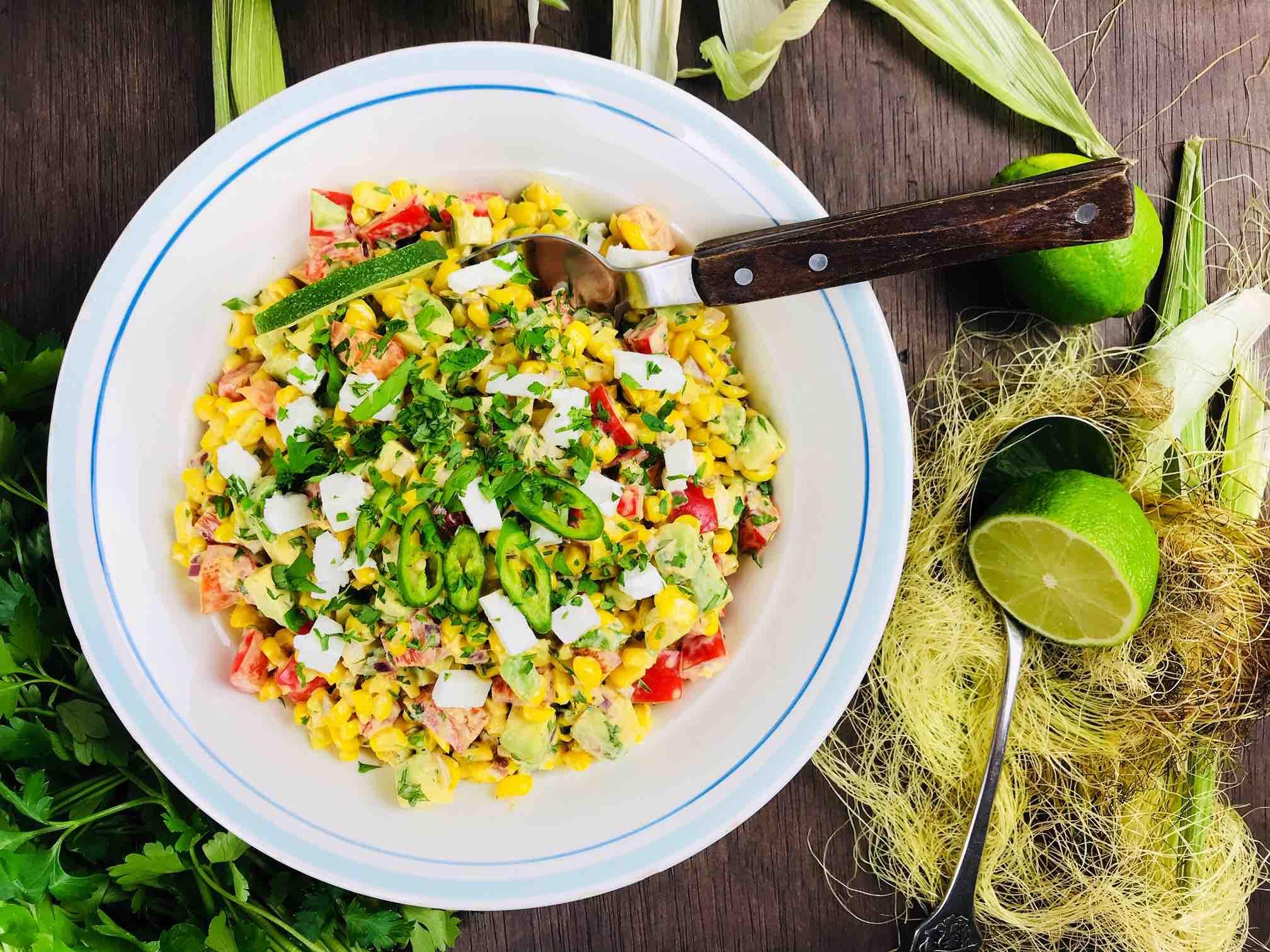 Salata vegetariana cu porumb dulce in lapte si avocado