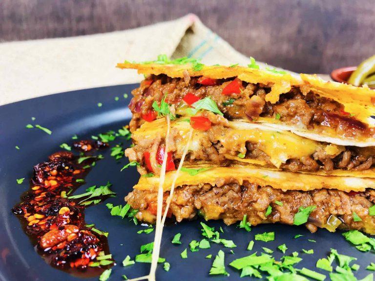 Quesadilla cu carne tocată de vită, legume și brânză