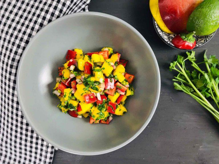 Salata cu mango, ardei, ceapa si patrunjel