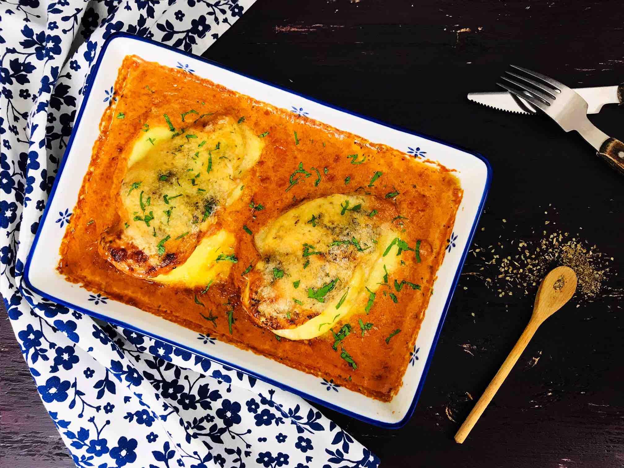 Piept de pui umplut cu mozzarella in sos de ardei copti