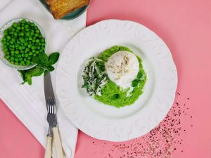 Pasta de mazare cu salata de fenicul si burrata
