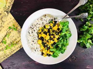 Salată cu mango, fasole neagră, porumb, orez și verdețuri